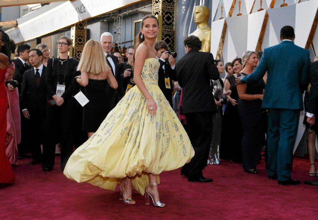 Alicia Vikander, zdobywczyni Oscara dla aktorki drugoplanowej w filmie 'Dziewczyna z portretu', w sukni Louisa Vuittona wyglądała jak Bella z 'Pięknej i Bestii'