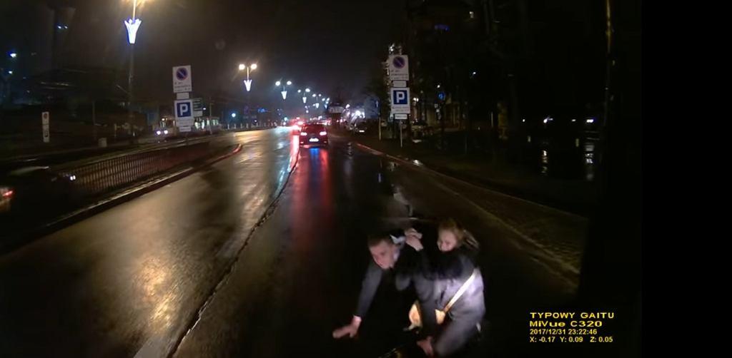 Kobieta ratuje mężczyznę przed uderzeniem autobusu