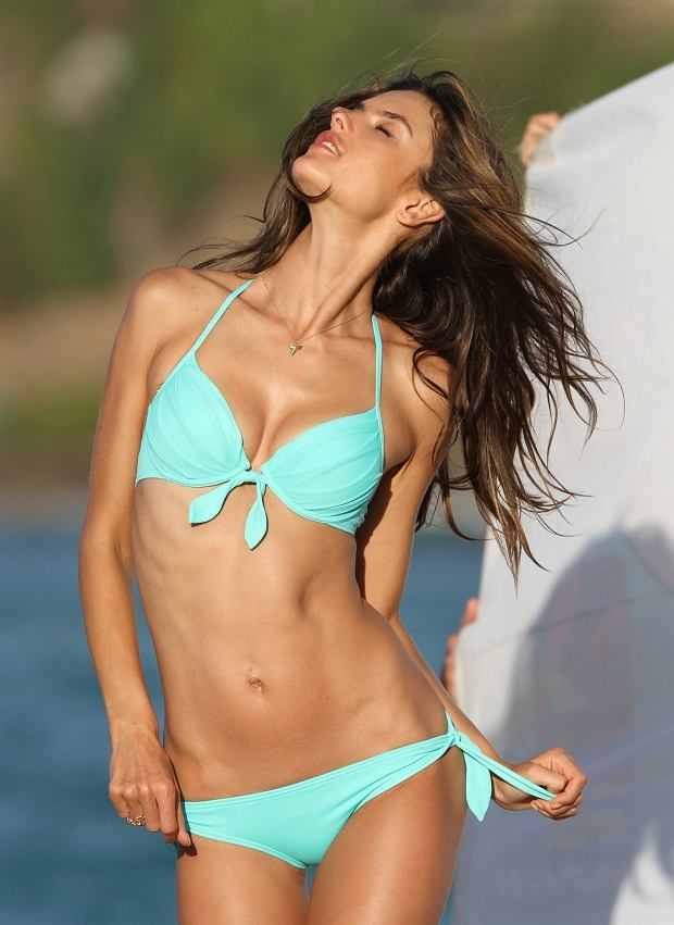 159896 Zen/Starface 2013-01-31   Saint Barthelemy France   Alessandra Ambrosio lors d'une s?ance photo pour Victoria Secret. // Alessandra Ambrosio shows off her bikini body while on a photo shoot for Victoria's Secret.