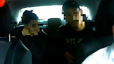 Warszawa. Napad na taksówkarza. Mężczyzna przystawił mu nóż do szyi, a kobieta zabrała pieniądze - wszystko nagrała kamera