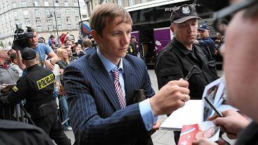 Piłkarze Rosji rozdają autografy pod hotelem