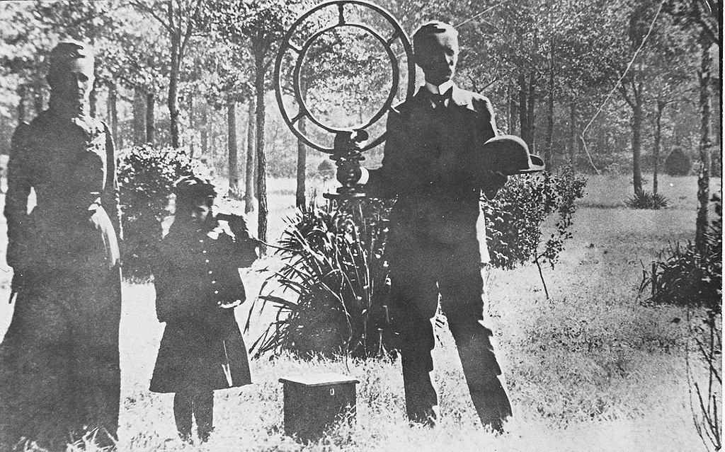 Nathan Stubblefield prezentuje swój bezprzewodowy telefon w 1907 r.