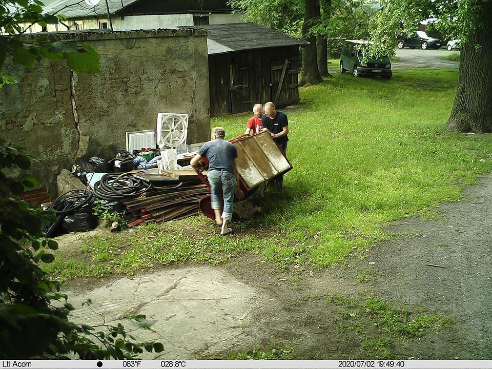 Pabianice. Straż miejska przyłapała kilku mężczyzn na nielegalnym wyrzucaniu śmieci