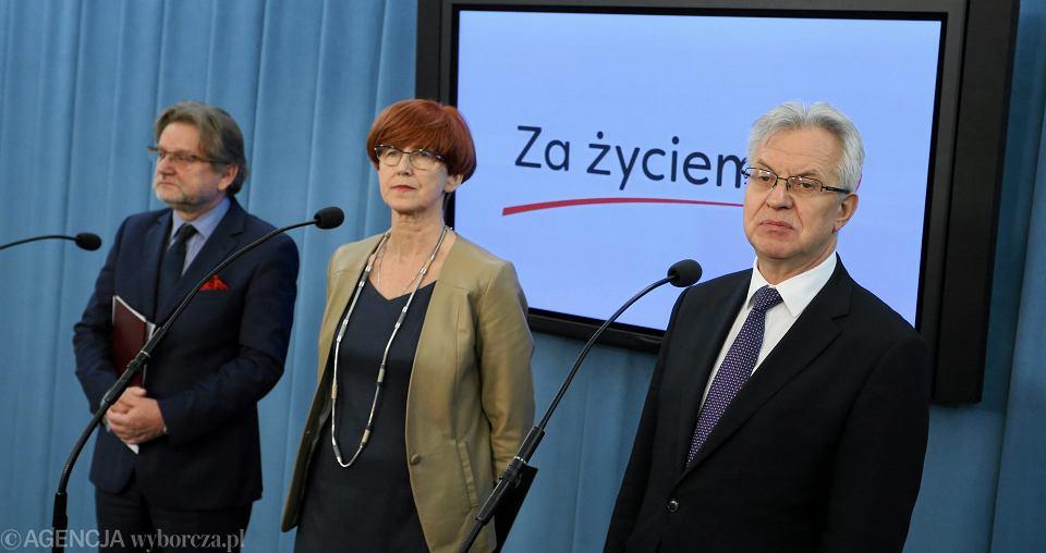 Posłowie Jarosław Pinkas, Krzysztof Michalkiewicz i minister rodziny Elżbiet Rafalska po posiedzeniu komisji omawiającej ich projekt