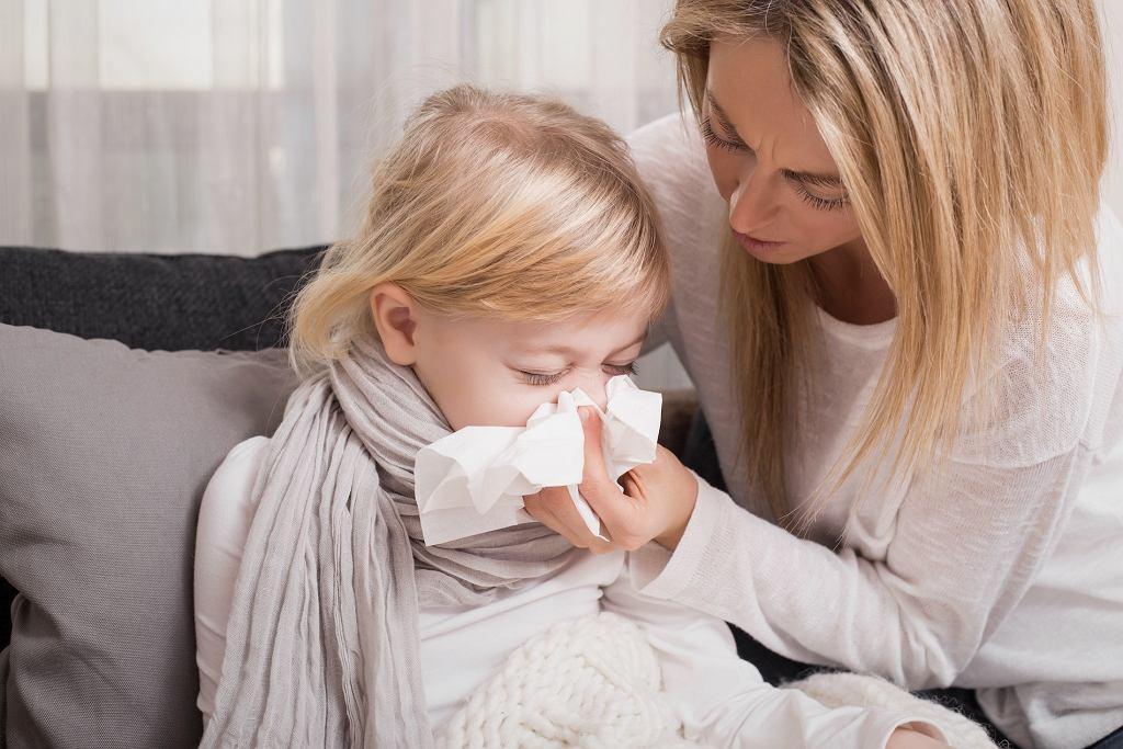 Sam katar nie jest powodem, aby zatrzymywać dziecko w domu, jednak gdy dołączą do niego inne objawy infekcji - jak najbardziej.
