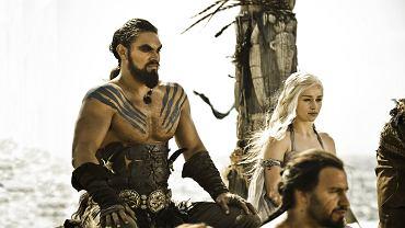 """""""Gra o Tron"""". Całkowicie sparaliżowany Khal Drogo zostaje z uduszony przez Daenerys, która chce oszczędzić ukochanemu dalszych cierpień."""