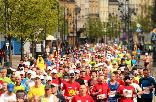 Zdjęcie numer 0 w galerii - Morze biegaczy na ulicach Warszawy. Przez stolicę przebiegł Orlen Warsaw Marathon [ZDJĘCIA]