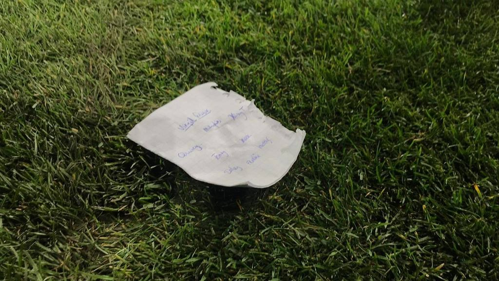 Kartka z ustawieniem drużyny wypisana przez Dwighta Lodewegesa