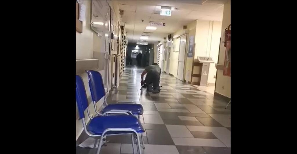 Pacjent z rwą kulszową opuszcza szpital w Płocku.