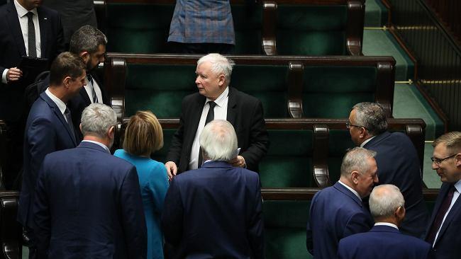 """W co gra Kaczyński? W PiS """"łapią się za głowy"""". """"Biliśmy brawo, a potem prezes połamał nam kręgosłupy"""""""