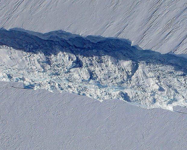 Szczelina w lodowcu Pine Island - w 2011 r. Teraz ma szerokość co najmniej kilometra