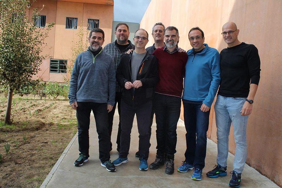 Czterech przywódców nacjonalistów katalońskich zaczęło głodówkę w więzieniu w Barcelonie. Na zdjęciu (od lewej): Jordi Sanchez, Oriol Junqueras, Jordi Turull, Joaquim Forn, Jordi Cuixart, Josep Rull and Raul Romeva. We wtorek głodować zaczęli byli ministrowie rządu nacjonalistycznego Josep Rull i Joaquim Forn, a od soboty głodują posłowie do parlamentu w Barcelonie Jordi Sanchez i Jordi Turull. Więzienie w Vilatorrada, 1 grudnia 2018