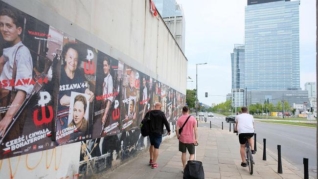 Rocznica powstania warszawskiego. Nowy mural w Śródmieściu, banery i plakaty. Stolica na różne sposoby wspomina bohaterów