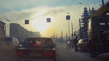 Złodziej kradnie auto na oczach policji
