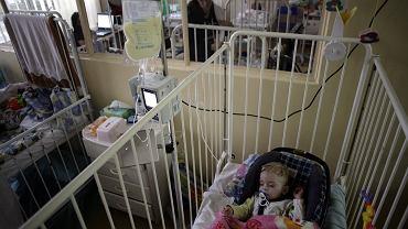 Polskie szpitale są niedofinansowane, przez co rodzice przebywających w nich dzieci muszą płacić nawet za wypożyczenie krzesła