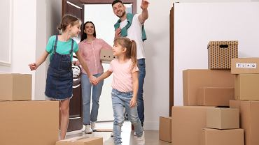 0Happy,Family,With,Children,Moving,Into,New,House