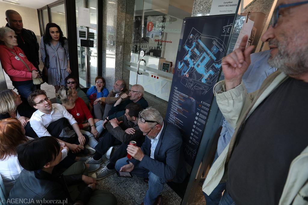 Obywatele RP okupują sejmowe biuro przepustek w proteście przeciw 'zapisom' na ich osoby. Marszałek Kuchciński zakazał im wejścia na teren parlamentu, mimo iż zaprosili ich posłowie. Warszawa, 11 kwietnia 2018
