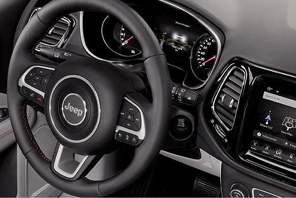 Nowy Jeep Compass wyróżnia się wyjątkową stylistyką wnętrza. Fot. Materiały Partnera