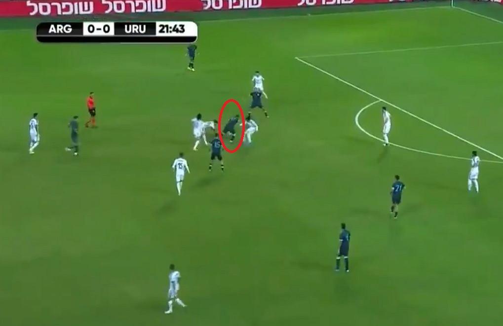 Leo Messi mija rywali jak tyczki