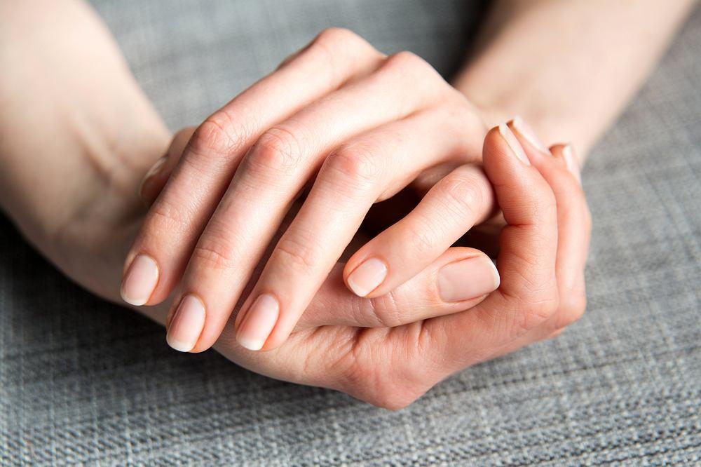 Jak wzmocnić paznokcie? Z powodzeniem można zastosować sprawdzone domowe sposoby na twarde paznokcie. Zdjęcie ilustracyjne