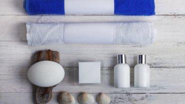Zestaw kosmetyków w hotelowej łazience
