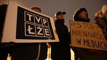 Kielce, 26 stycznia 2019 roku. Protest KOD przed kielecką siedzibą TVP 3
