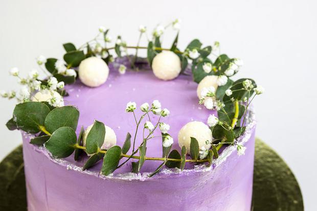 Tort na komunię dla chłopca można również ozdobić z pomocą barwników, a zamiast barwnych kwiatów, sięgnąć po neutralną gipsówkę czy sukulenty