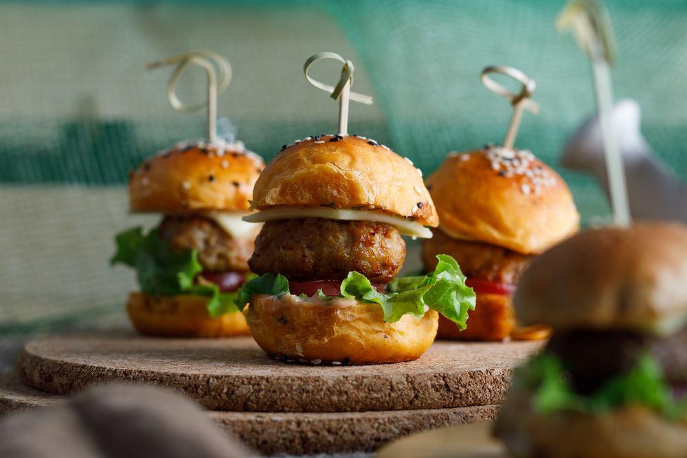 Domowe hamburgery - trudno się dziwić naszemu umiłowaniu do tego dania.