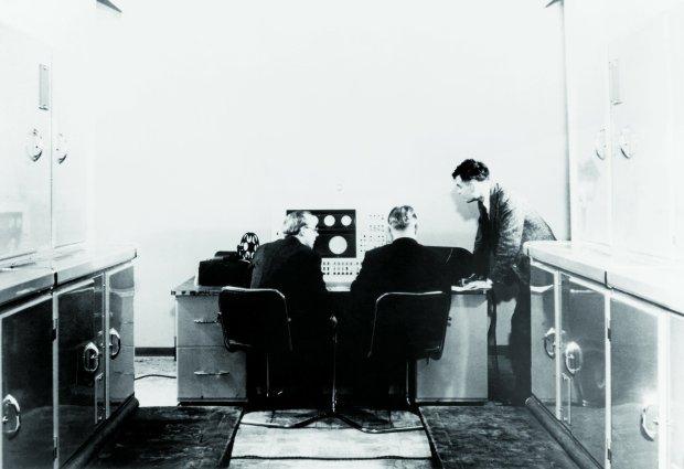 Alan Turing (z prawej) przy prototypowym komputerze Ferranti, SSPL/Getty Images