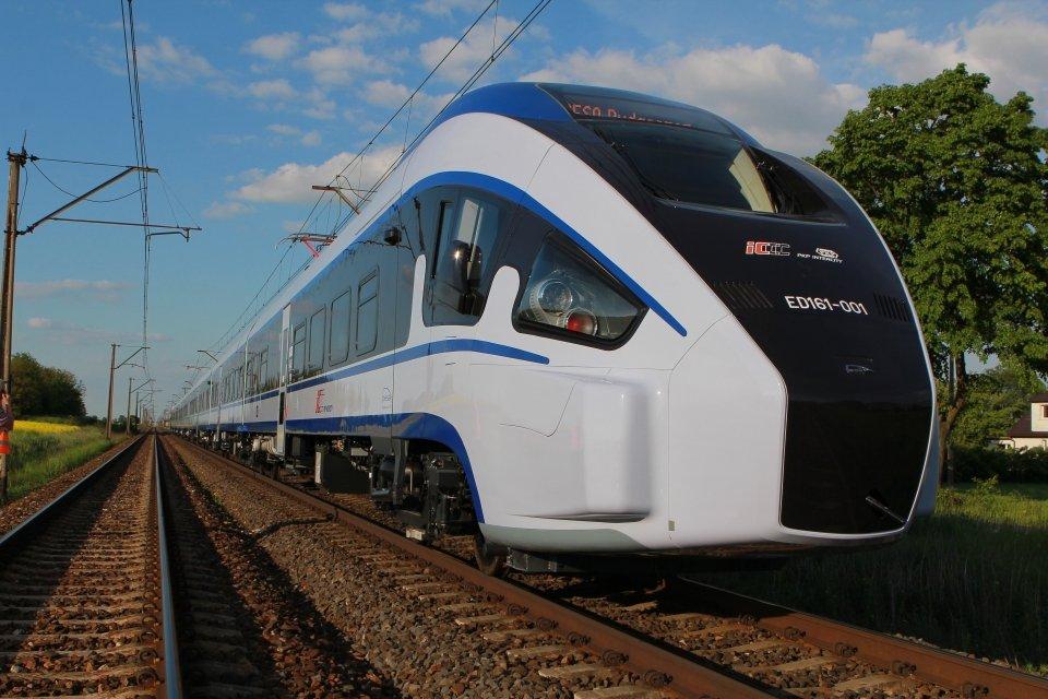 PESA zaprezentowała w Żmigrodzie pierwszy z 20 pojazdów typu PesaDART produkowanych dla PKP Intercity. Wszystkie składy maja zostać dostarczone przewoźnikowi do 30 października 2015 r. Pociągi są produkowane w Bydgoszczy. W procesie biorą udział polskie firmy - komponenty i podzespoły do produkcji pojazdów są dostarczane z ponad 350 krajowych przedsiębiorstw.
