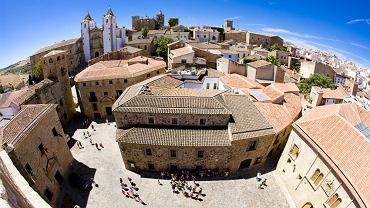 Caceres. Caceres to najciekawsze miasto położonego w zachodniej Hiszpanii regionu Estremadura. Stare miasto Caceres z zabytkowym zespołem miejskich pałaców, kościołów i klasztorów z XV-XVI w. ulokowane jest na wzgórzu otoczonym murami obronnymi.