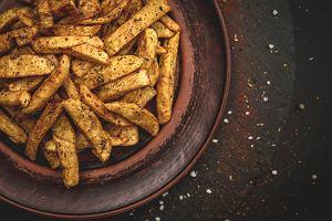 Frytki z piekarnika idealnie złociste i chrupiące. Zdrowsza wersja naszego ulubionego przysmaku