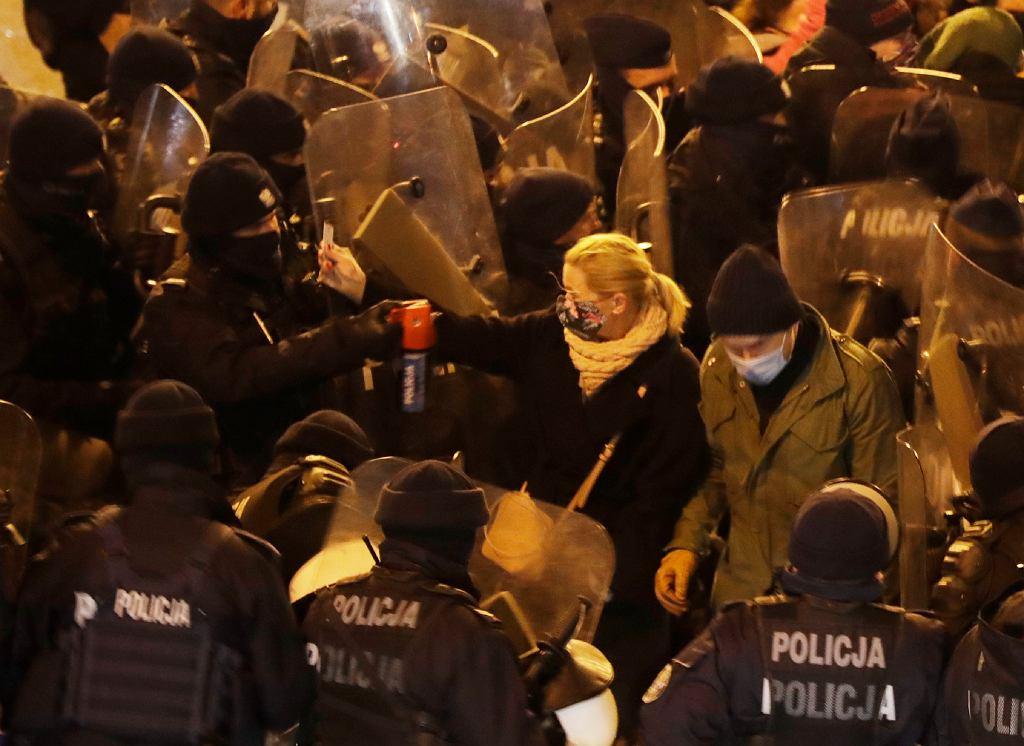 28.11.2020, Warszawa, posłanka Barbara Nowacka pokazuję legitymację poselską policjantowi, który za moment użyje wobec niej gazu.