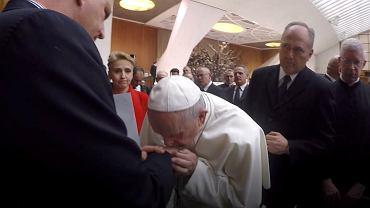 Papież Franciszek całuje dłoń  prezesa fundacji 'Nie Lękajcie Się' Marka Lisińskiego, ofiarę księdza pedofila.
