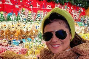 Katarzyna Cichopek wybiera świąteczne prezenty. Ma na sobie piękny i bardzo modny teddy coat polskiej marki