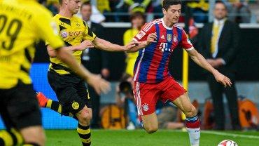 Łukasz Piszczek walczy o piłkę z Robertem Lewandowskim w meczu o Superpuchar Niemiec
