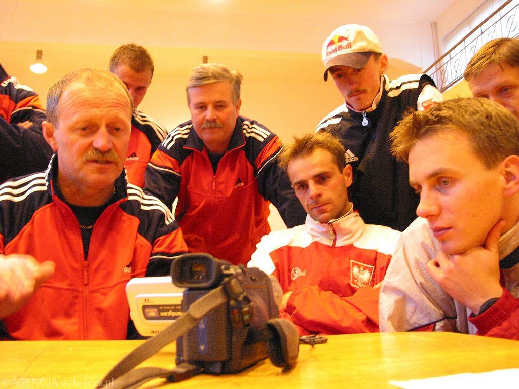 Piotr Fijas, Apoloniusz Tajner, Robert Mateja, Adam Małysz i Wojciech Skupień robią analizę wideo skoków na zgrupowaniu kadry. Wisła 2002