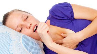 """Napadowy, męczący kaszel to typowy objaw ostrego zapalenia oskrzeli. Czasem towarzyszy mu ból, bądź pieczenie w klatce piersiowej i """"charczący"""" oddech"""
