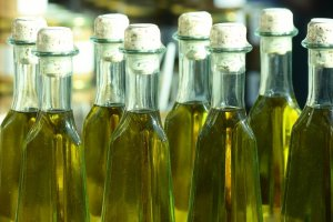 Jak kupić oliwę? Uważaj na oszustwa producentów, niewłaściwe opakowania i ceny