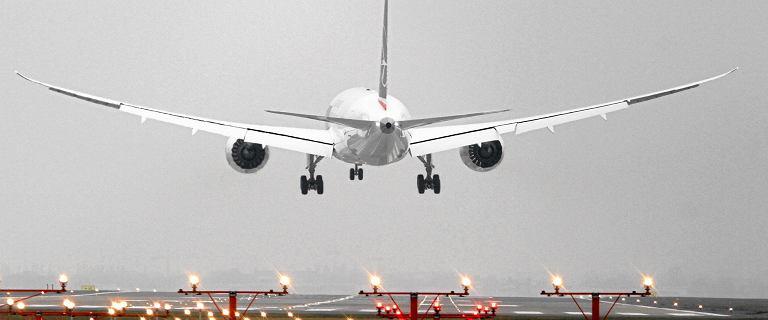 Piorun miał uderzyć w samolot LOT-u. Maszyna musiała zawrócić na lotnisko