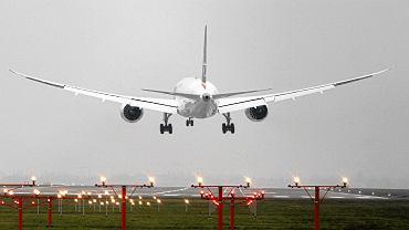 Samolot lądujący na Lotnisku Chopina