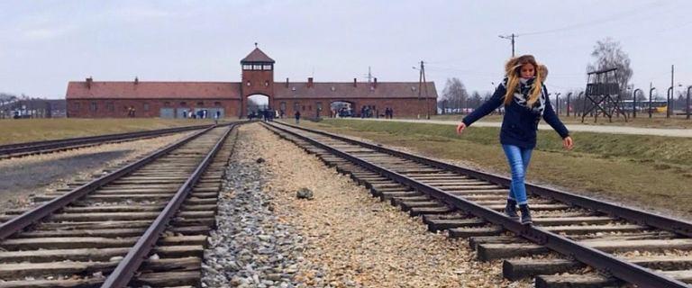 Muzeum Auschwitz z apelem do zwiedzających.