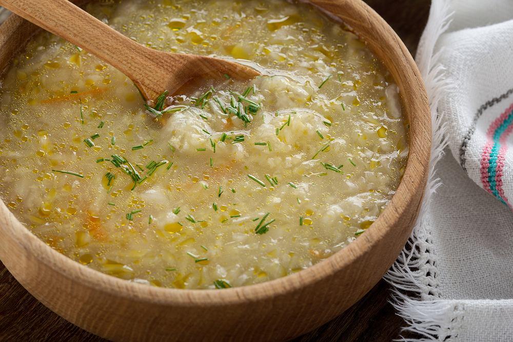 Kapuśniak z kiszonej kapusty jest jedną z bardziej znanych polskich zup.