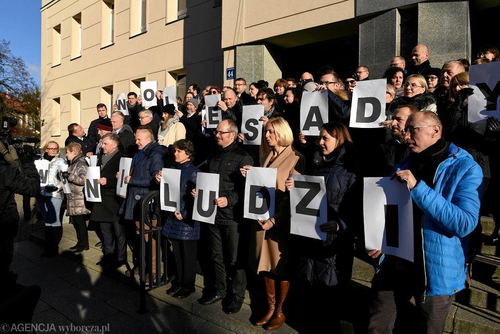 Poparcie dla Pawła Juszczyszyna pod Sądem Rejonowym w Olsztynie
