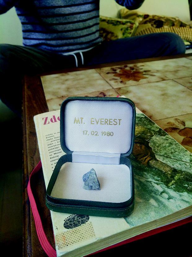 Kamień z Everestu, jeden z kilkudziesięciu małych fragmentów skały zniesionej ze szczytu przez Leszka Cichego i Krzysztofa Wielickiego.
