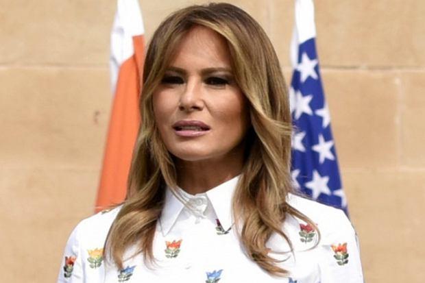 Melania Trump wciąż zachwyca klasą i stylem. Pierwsza Dama USA rzadko popełnia modowe grzechy, a kreacje mają dla niej mocno dyplomatyczne znaczenie. Tym razem założyła piękną wiosenną sukienkę z elementem, który związany jest z kulturą Indii.