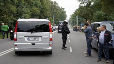 Toruńscy żużlowcy odjeżdżają ze stadionu Falubazu