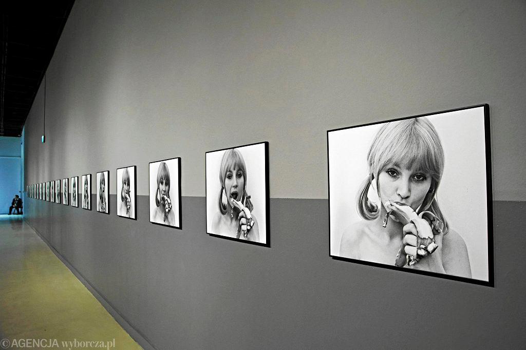 Praca Natalii LL. Cykl fotografii 'Sztuka konsumpcyjna' z 1972 roku