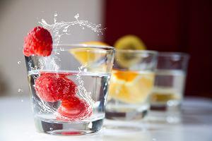 Woda na diecie. Ile powinnaś jej pić, aby schudnąć? Jaki wpływ na odchudzanie ma woda?