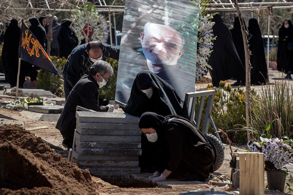 Pogrzeb członka politycznego biura  irańskiej Gwardii Rewolucyjnej Farzada Tazariego, którego pokonała infekcja wywołana przez koronawirus